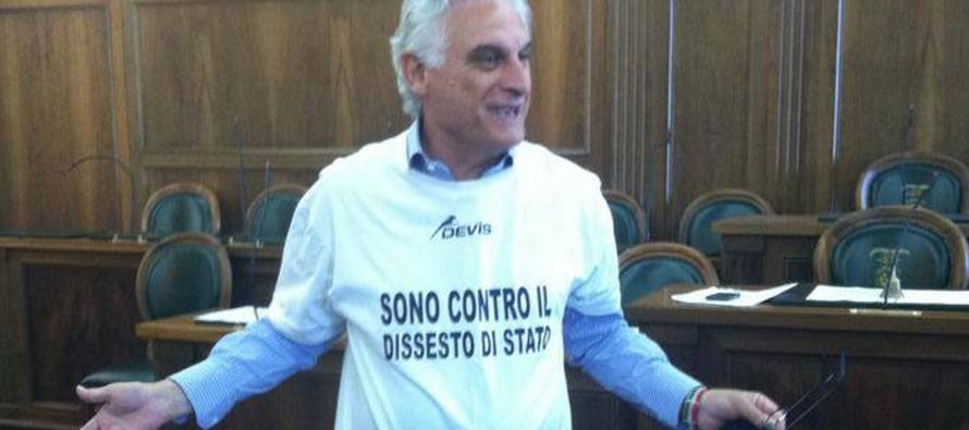 Canfora come Salvini: la protesta è con la scritta sulla maglietta
