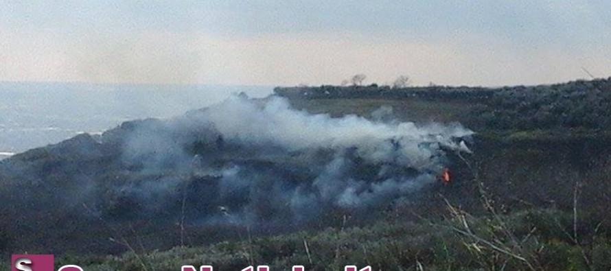 Di nuovo incendio in via Bracigliano. Le fiamme lambiscono la discarica