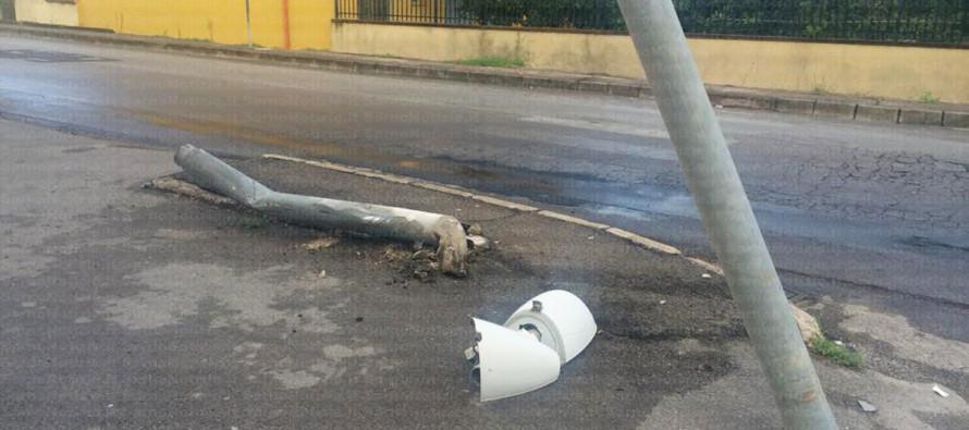 Incidente – Auto sbanda e  trancia il palo della pubblica illuminazione