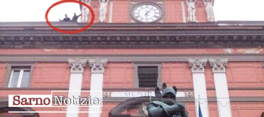 Minacciavano di lanciarsi dal tetto del Comune, tratti in salvo