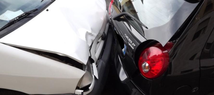 Auto a folle velocità distrugge tutti i veicoli parcheggiati