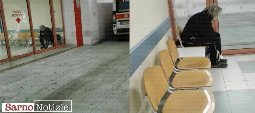 Uomo solo dorme nell'atrio del pronto soccorso