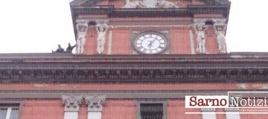 Due uomini sul tetto del comune minacciano di lanciarsi