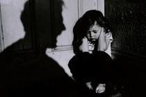 Violentava la moglie e picchiava i figli piccoli, 62enne a processo