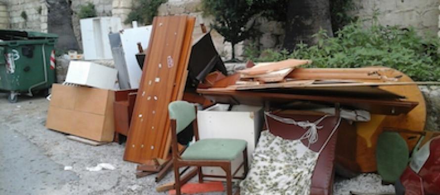 Lite tra moglie e marito, lui smonta i mobili e li butta in strada