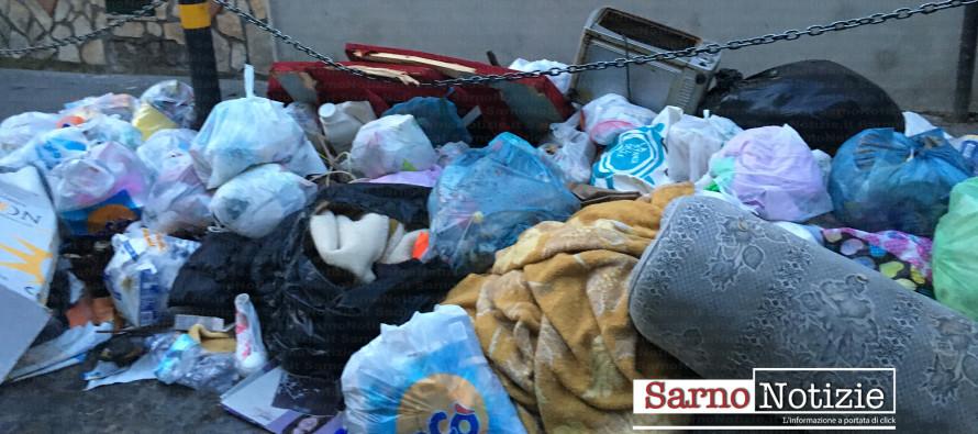 Sarno invasa dai rifiuti, micro discariche in fiamme. Cittadini chiamano i carabinieri. Le Foto