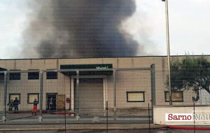 Vasto incendio nella zona industriale. Ignote le cause LE FOTO