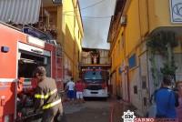Incendio divora due capannoni. L'ipotesi: una pizza bruciata sul rullo