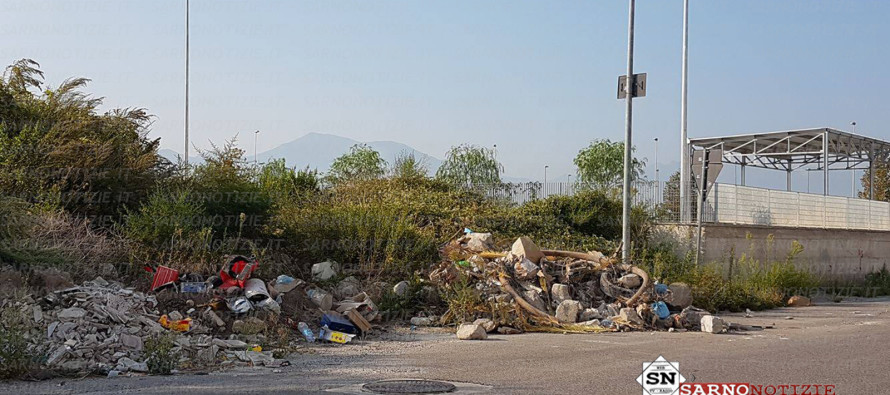 """""""Isole"""" di rifiuti accanto all'isola ecologica"""