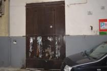 Raid incendiario e scritte sui muri, acquisite le immagini delle telecamere