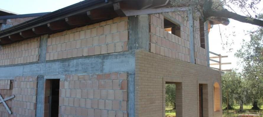 Case fuorilegge: dichiarate in costruzione, ma in realtà abitate