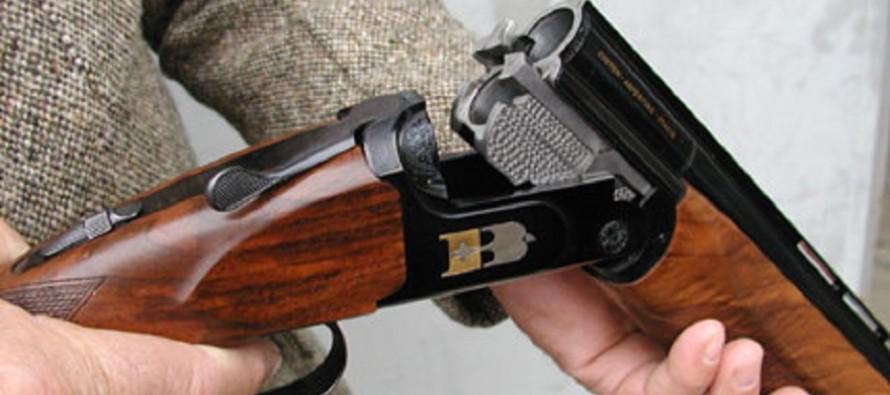 Blitz in casa del pensionato lui spara con il fucile, ladri in fuga