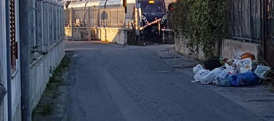 Terrore sui binari, passa il treno e non si abbassano le sbarre