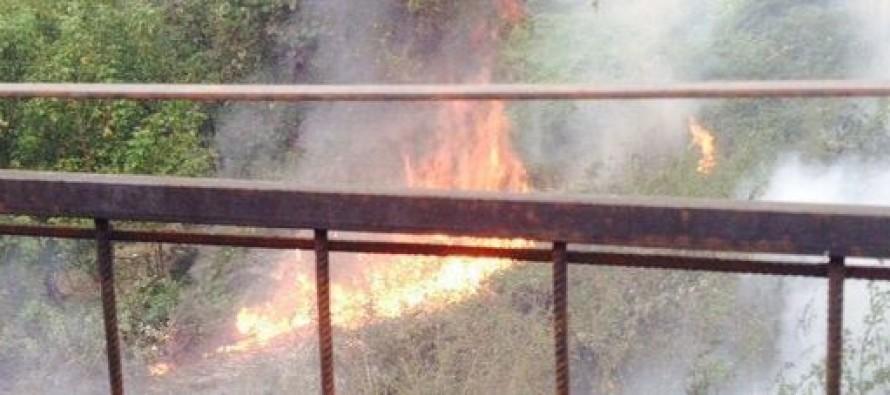 Incendi nelle vasche di messa in sicurezza, l'allarme dei residenti: «Rischio costante»