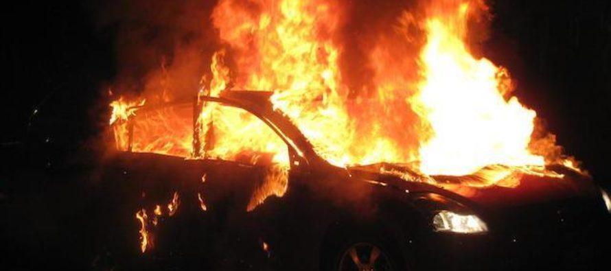 Quattro auto in fiamme accanto alle abitazioni, terrore nella notte