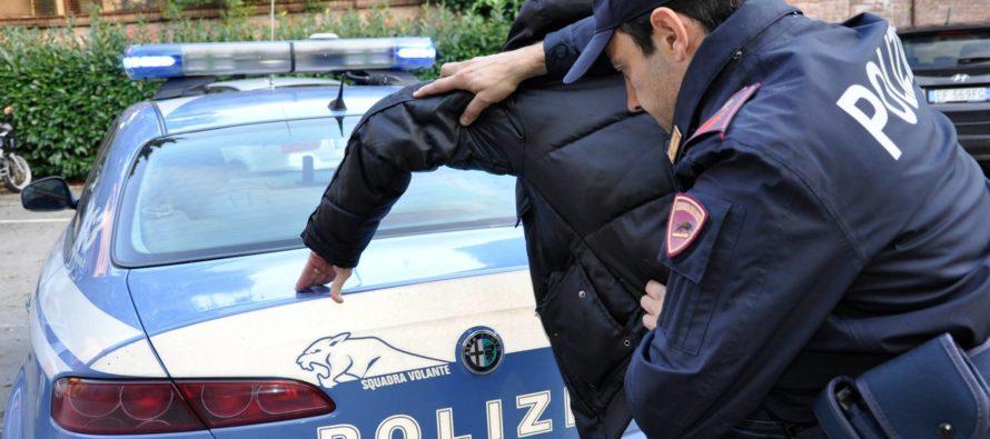 I poliziotti gli chiedono i documenti e lui li ferisce. Arrestato 41enne