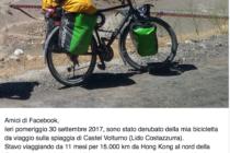 Fa il giro del mondo in bicicletta, ma sulla spiaggia di Castelvolturno gli rubano la bici.