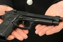 """In casa con una pistola. """"Mi difendo dai ladri"""". Arrestato"""