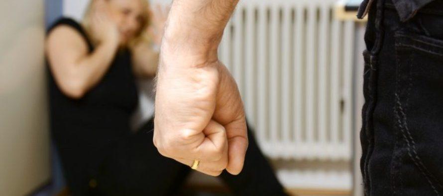 Minacciata in casa dal marito, la salva il figlio di sei anni