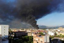 Enorme colonna di fumo nero. In fiamme…