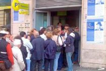 Anziani in fila per la pensione alle 3 di notte, arrivano i carabinieri