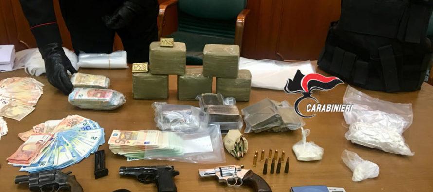In casa con droga e armi, arrestato 41enne venditore di auto