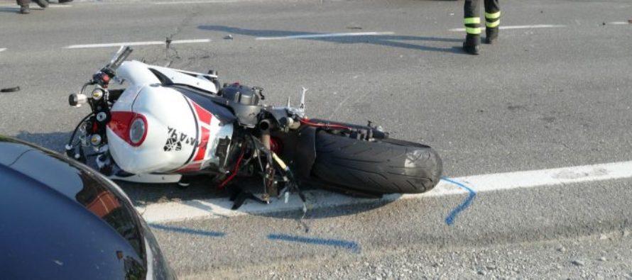 Scivola sull'asfalto in costiera e si apre il casco. Centauro miracolosamente illeso