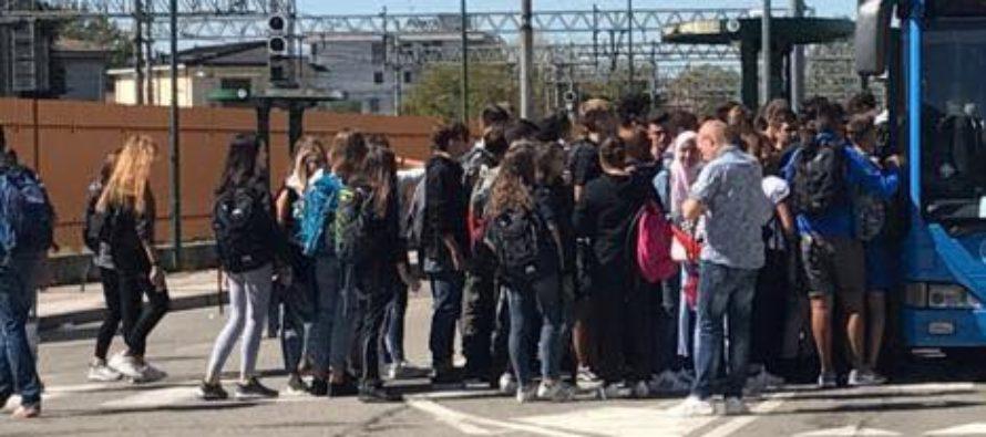 """Bus stracolmi, guasti e caotici. Gli studenti: """"Rischiamo la vita"""""""