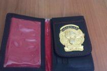 Nel portafoglio il distintivo dei carabinieri: 28enne nei guai
