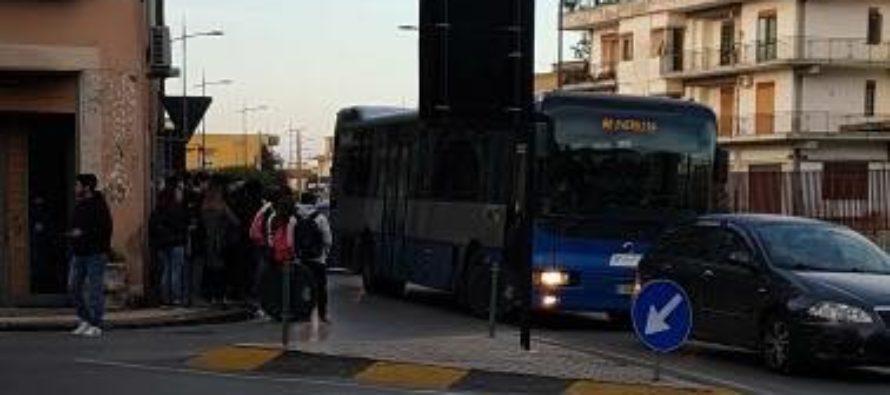 Caos bus stracolmi: universitari restano a piedi