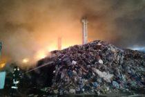 """Bruciano tonnellate di rifiuti. La denuncia: """"Ci stanno uccidendo!"""""""