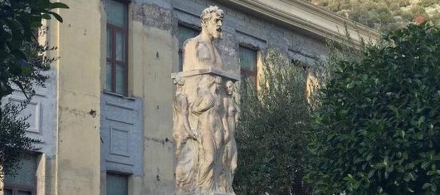 Imbrattato il monumento appena ripulito. Caccia ai vandali