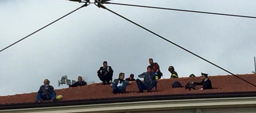 Vuole parlare con Conti e minaccia di lanciarsi dal tetto…