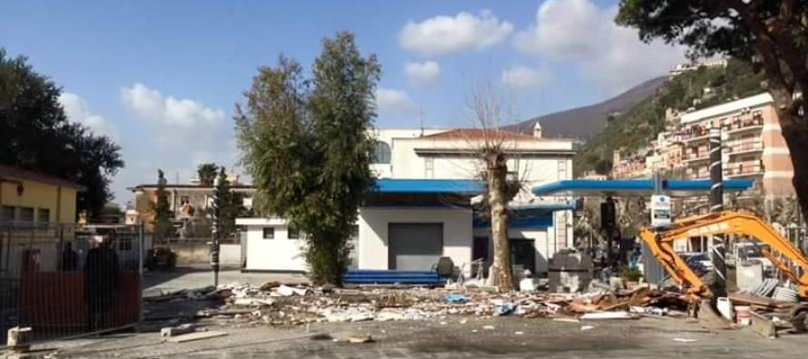 Demolito il chiosco-edicola. Ora sorgerà nella parte retrostante