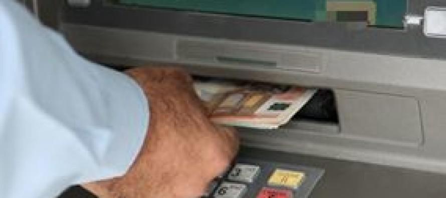 Preleva al bancomat e due uomini lo truffano scambiando le banconote