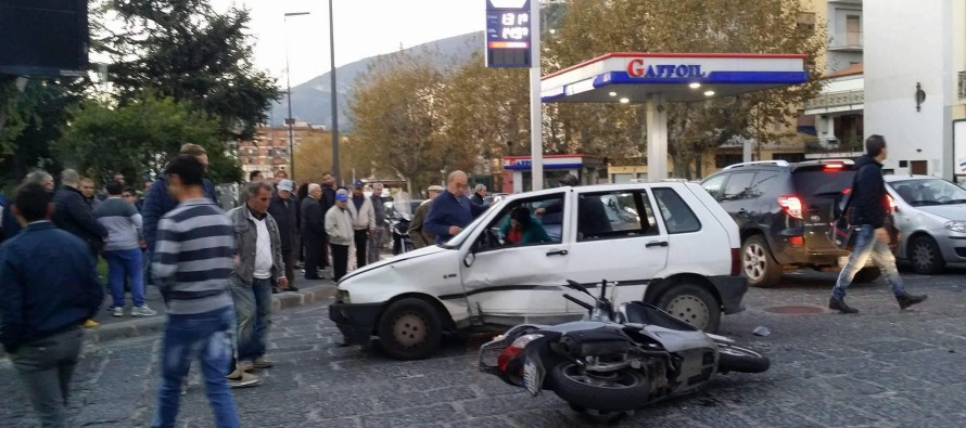 Incidente in pieno centro. Tre feriti