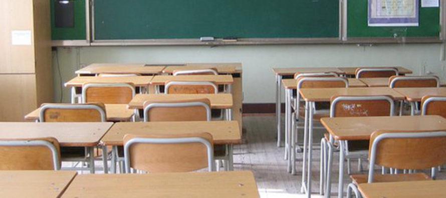 """La pioggia penetra nel soffitto della scuola, i tecnici: """"Nessun pericolo"""""""