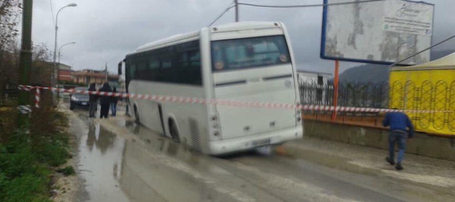 Cede strada mentre passa il bus. Tanta la paura