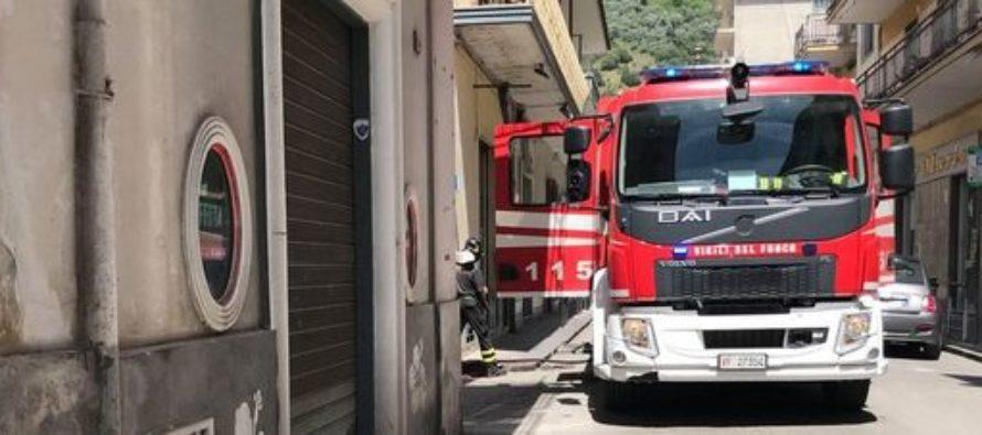Auto in fiamme nel centro di Sarno, il fuoco lambisce le abitazioni