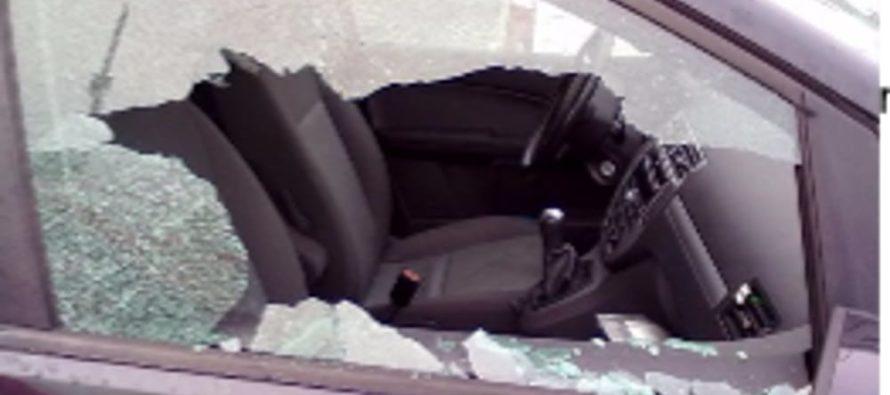 Rompe auto per rubare, extracomunitario malmenato dal proprietario