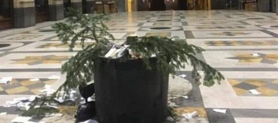 Natale: anche quest'anno rubato albero in Galleria Napoli