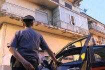 Spara all'impazzata dal balcone, terrore in strada