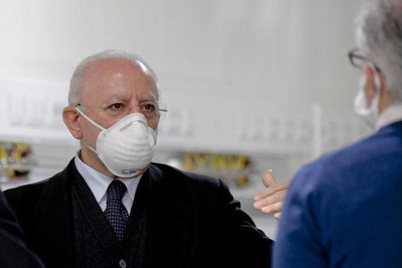 Il presidente della Regione Campania, Vincenzo De Luca, in visita all'ospedale modulare Covid in corso di realizzazione a Caserta, 18 aprile 2020. ANSA/ CIRO FUSCO