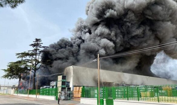 Caserta, incendio in zona industriale: rischio disastro ambientale